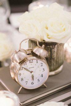 choisir-son-centre-de-table-mariage-theme-alice-in-wonderland-recup-reveil-livres-blog-mariage-mademoiselle-cereza