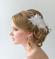 Acessório de cabelo com plumas