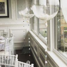 Balões transparentes com plumas