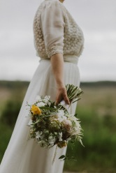 http://www.lovemydress.net/blog/2014/08/scottish-rustic-farm-wedding.html#more-290382